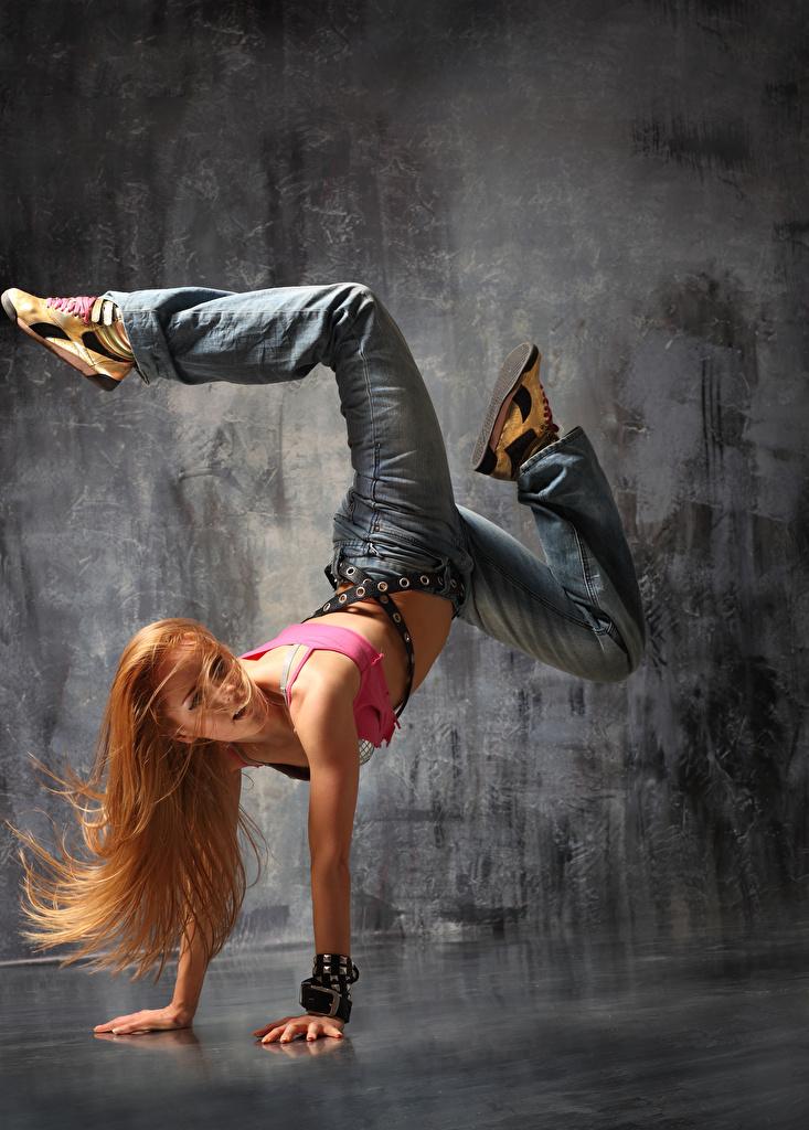 Фото Блондинка Танцует Волосы Девушки Ноги Джинсы Руки Танцы