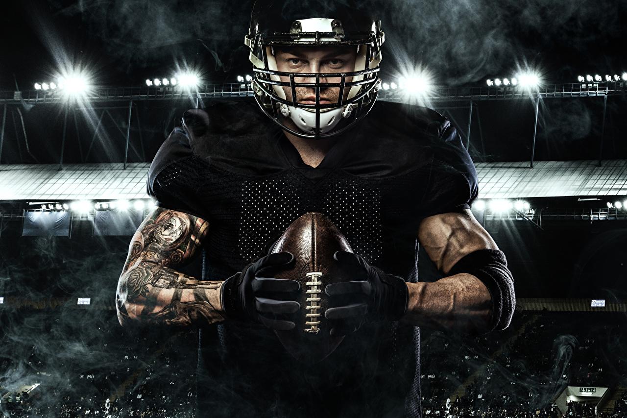 Картинка мужчина Перчатки Американский футбол Спорт Мяч рука Униформа Мужчины перчатках спортивный спортивная спортивные Руки Мячик униформе