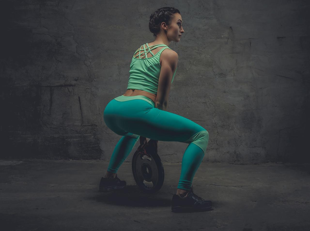 Обои для рабочего стола Попа Шатенка физическое упражнение Спина Фитнес Девушки Кроссовки Ноги Униформа ягодицы шатенки Тренировка тренируется спины девушка кроссовках молодая женщина молодые женщины ног униформе