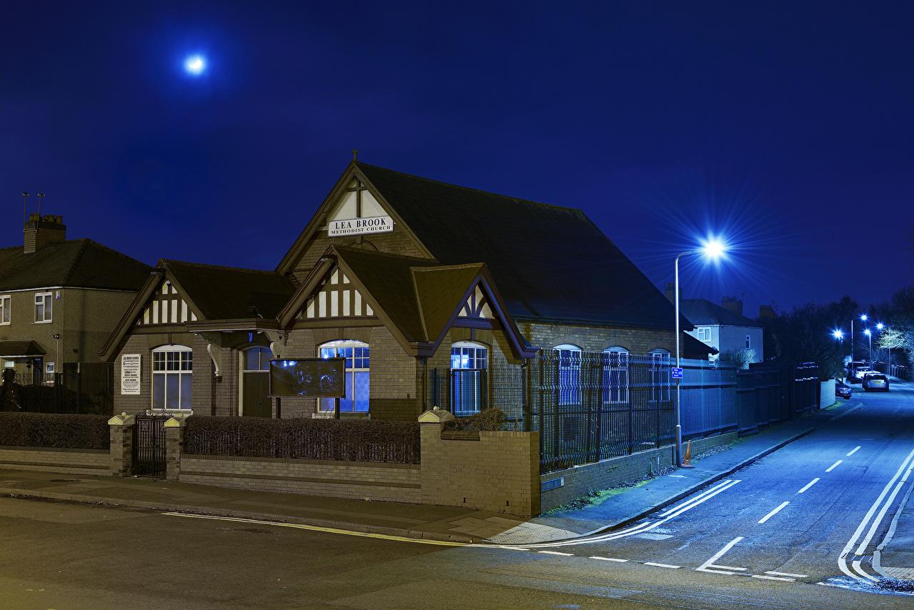 Картинка Церковь Англия Leabrook Methodist Church Wednesbury забором Ночь Уличные фонари Дома Города Забор забора ограда ночью в ночи Ночные город Здания