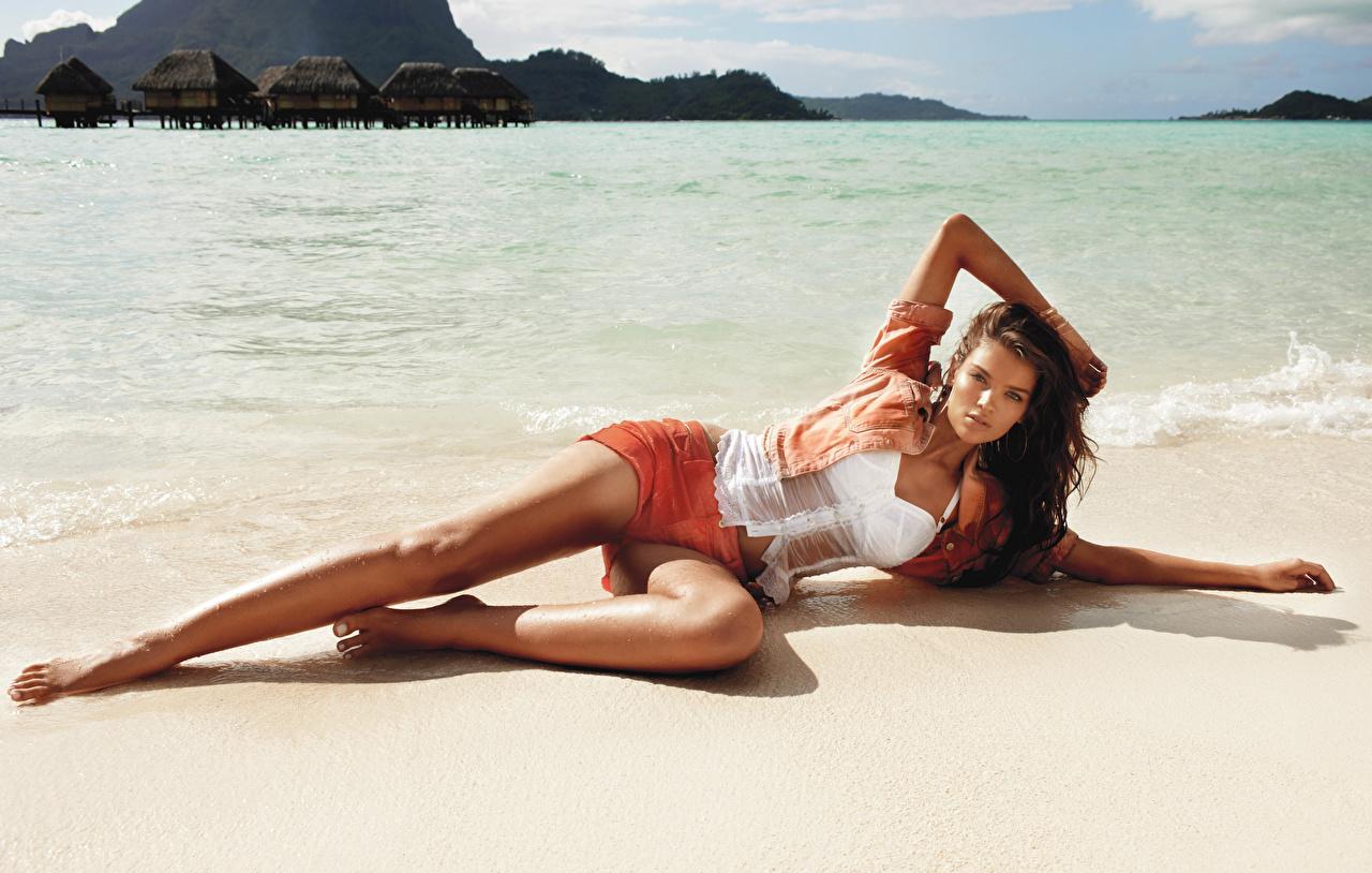 Фотографии шатенки Лежит Поза пляжи Море Девушки Ноги шорт влажные Шатенка лежа лежат лежачие позирует Пляж пляжа пляже девушка молодая женщина молодые женщины ног Шорты шортах Мокрые