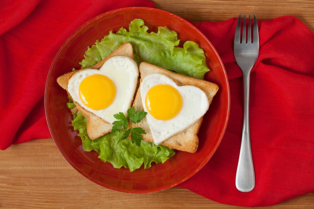 Картинки Сердце глазунья Двое Хлеб Пища Овощи тарелке Вилка столовая серце сердца сердечко Яичница яичницы 2 два две вдвоем Еда вилки Тарелка Продукты питания
