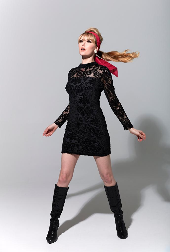Обои для рабочего стола Carla Monaco сапогах Поза Девушки Ноги платья  для мобильного телефона сапог Сапоги сапогов позирует девушка молодая женщина молодые женщины ног Платье