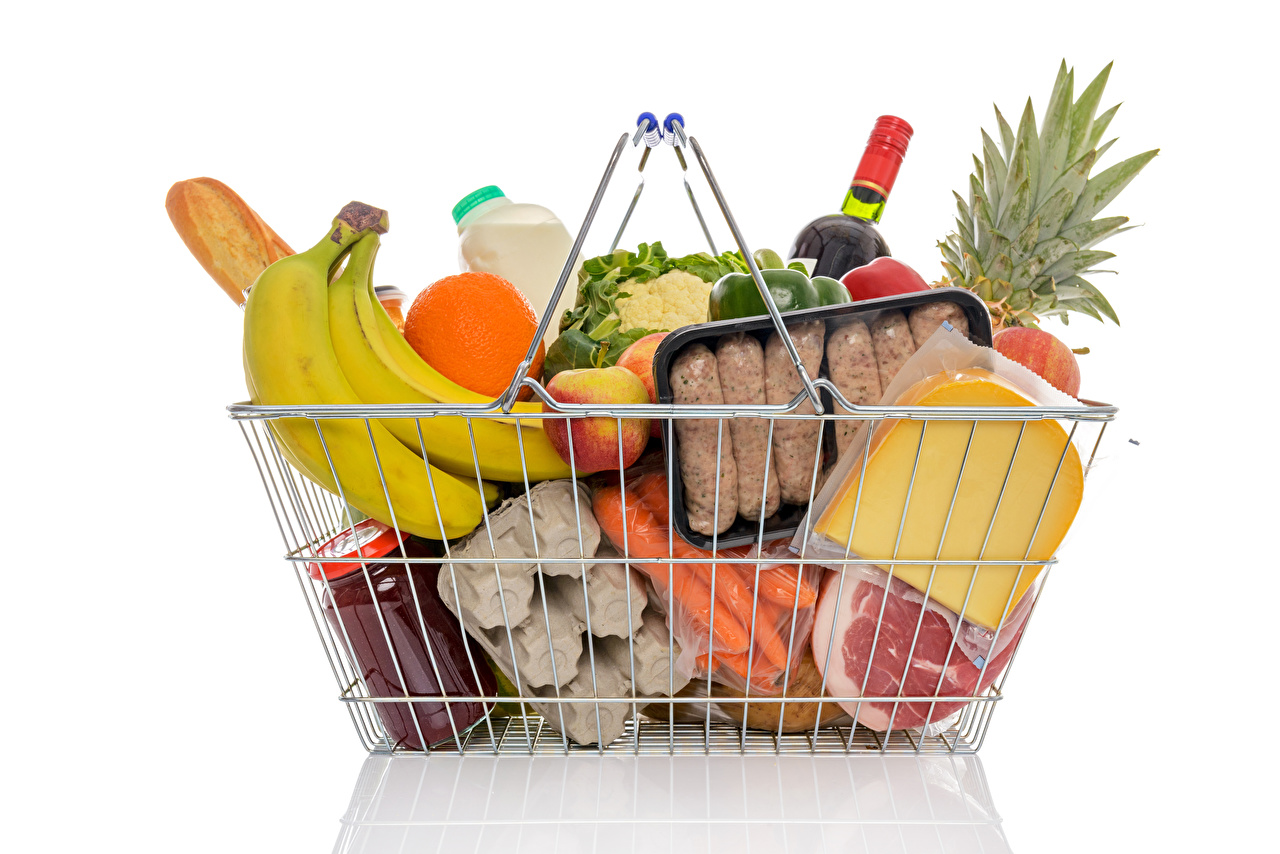 Фото Сыры Бананы Корзина Еда Белый фон Мясные продукты корзины Корзинка Пища Продукты питания белом фоне белым фоном
