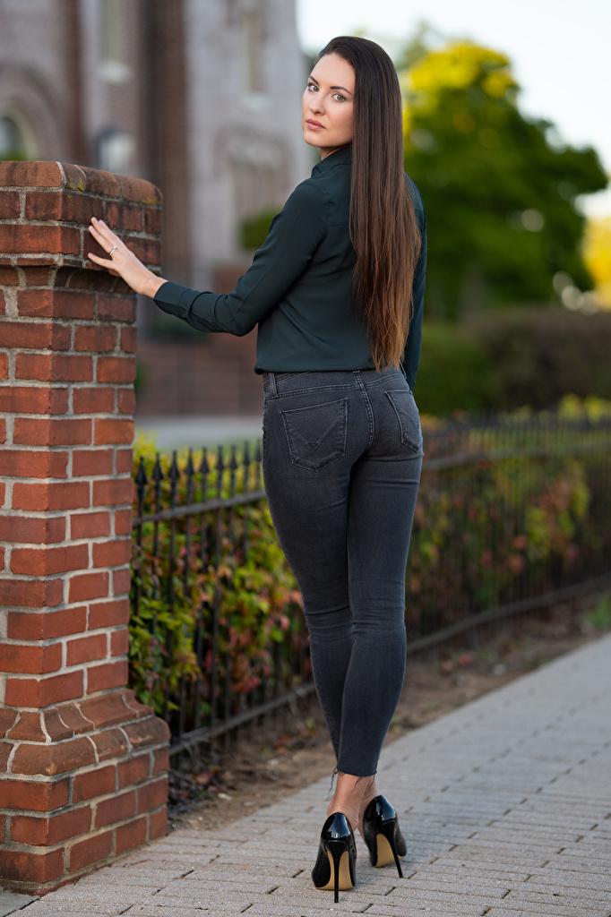 Фотография Natalia Larioshina позирует молодые женщины Джинсы Сзади смотрят  для мобильного телефона Поза девушка Девушки молодая женщина джинсов вид сзади Взгляд смотрит