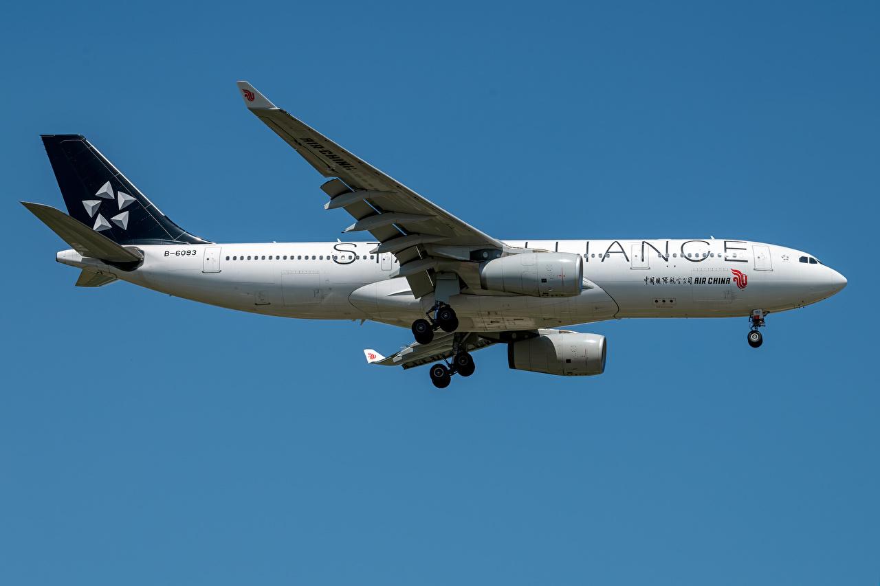 Обои для рабочего стола Эйрбас Самолеты Пассажирские Самолеты Air China Airbus A330-200 Сбоку Авиация