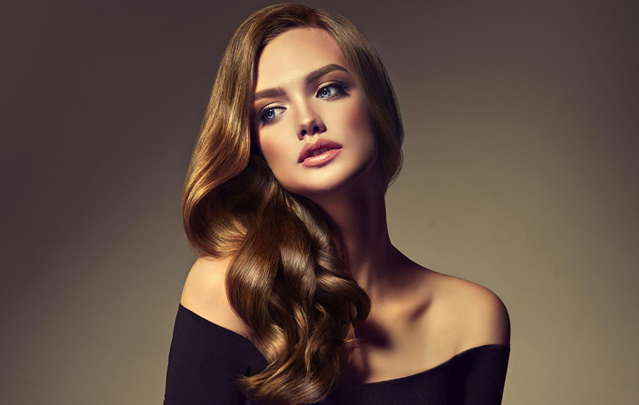 Фотографии шатенки волос молодые женщины смотрят Цветной фон Шатенка Волосы Девушки девушка молодая женщина Взгляд смотрит