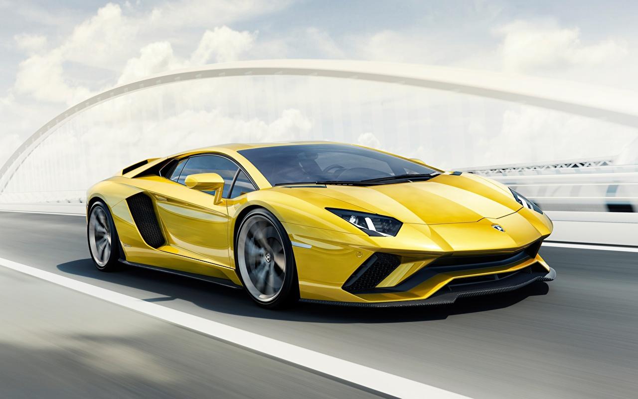 Фотография Ламборгини 2017 Aventador S желтая едет автомобиль Lamborghini Желтый желтые желтых едущий едущая скорость Движение авто машины машина Автомобили
