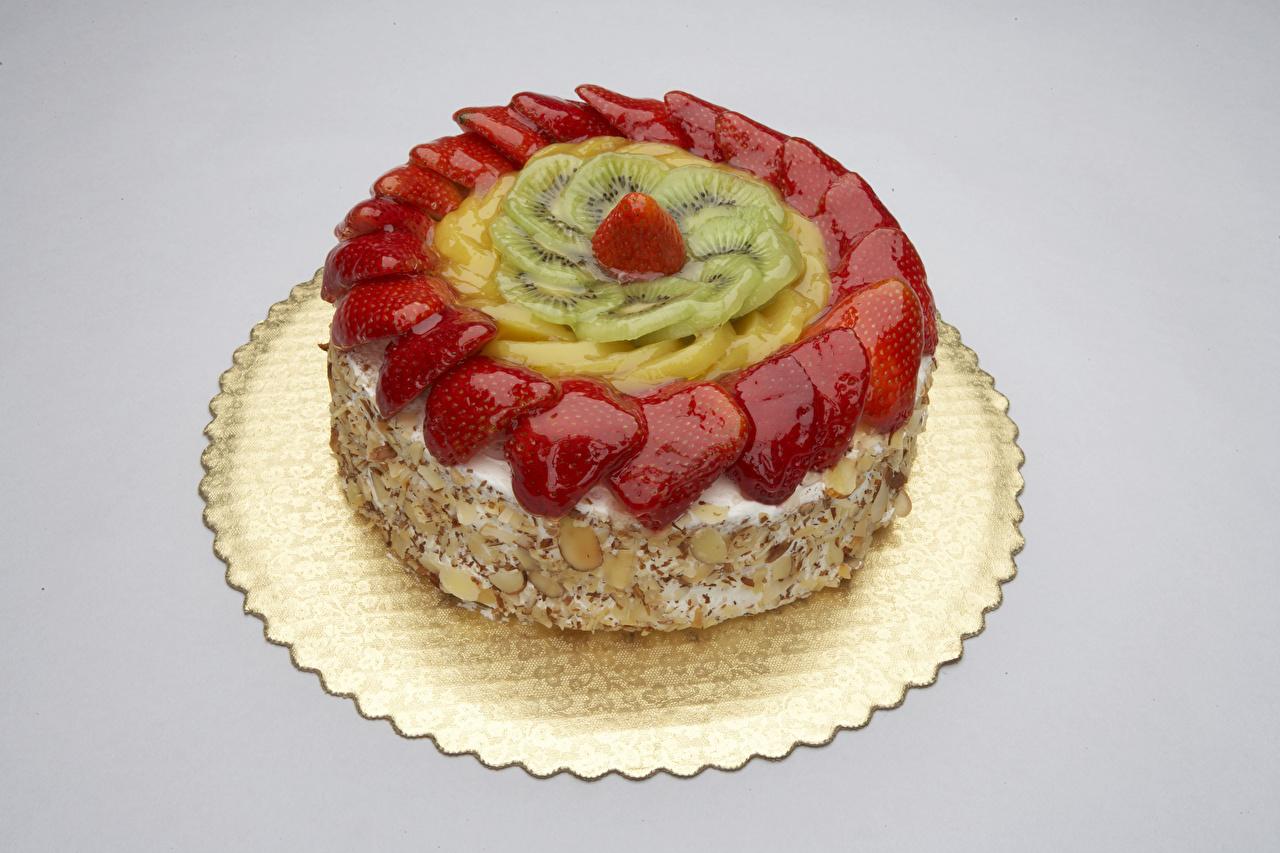 Фото Торты Киви Клубника Пища Серый фон сладкая еда Еда Продукты питания Сладости сером фоне