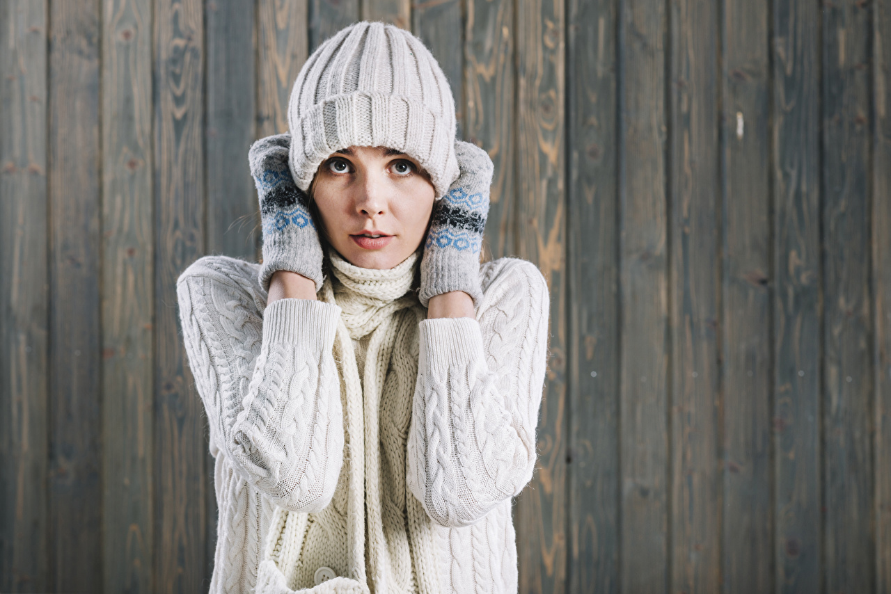 Фотографии варежках Шапки Девушки свитера Взгляд Доски Варежки рукавицы рукавицах шапка в шапке девушка молодые женщины молодая женщина Свитер свитере смотрят смотрит