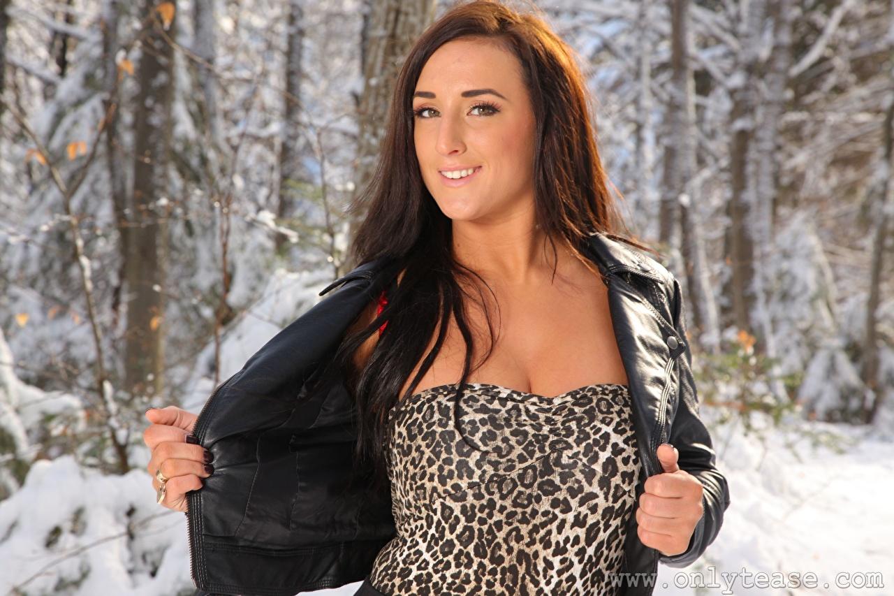 Фото Stacey Poole Шатенка Улыбка зимние Куртка девушка рука Взгляд шатенки улыбается Зима куртки куртке Девушки куртках молодые женщины молодая женщина Руки смотрят смотрит