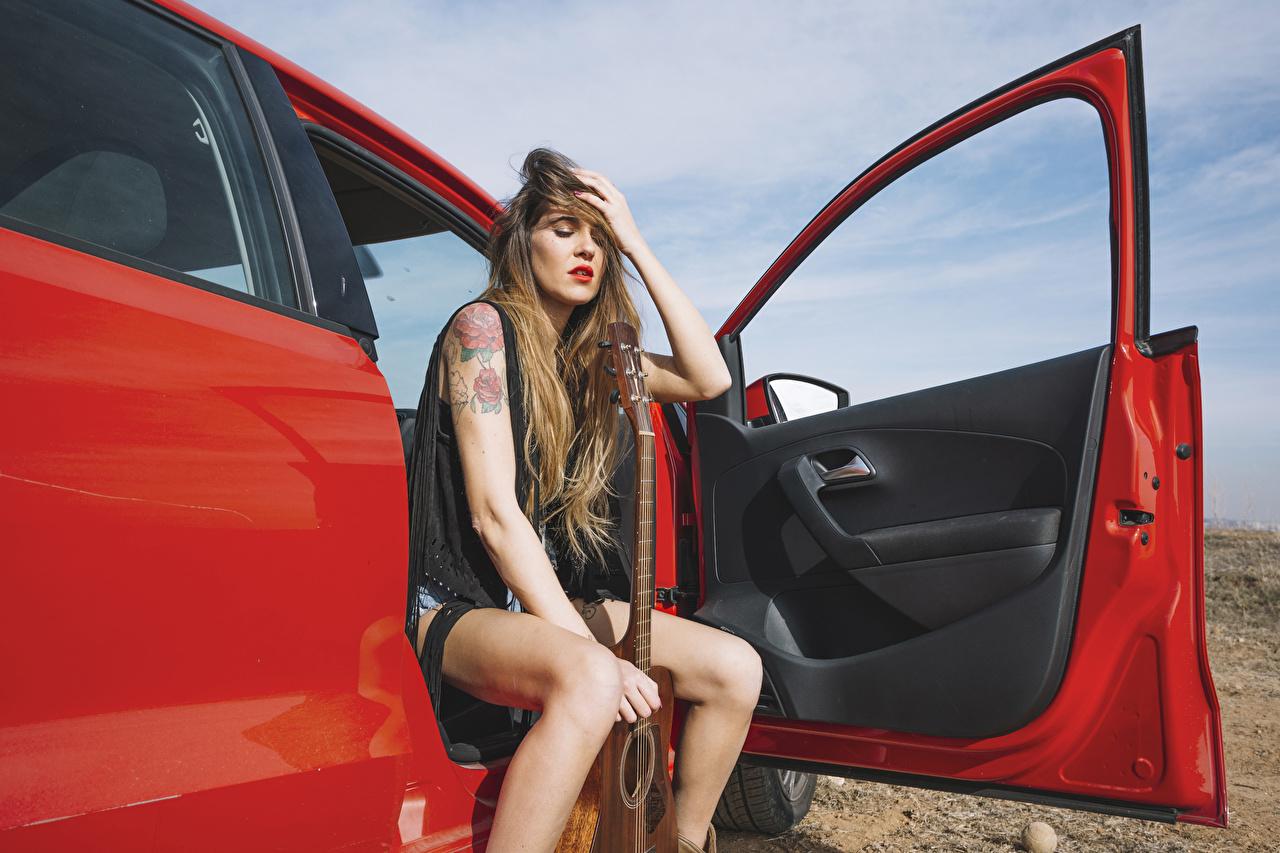 Фотографии Шатенка Гитара Девушки Руки Дверь сидящие Сидит
