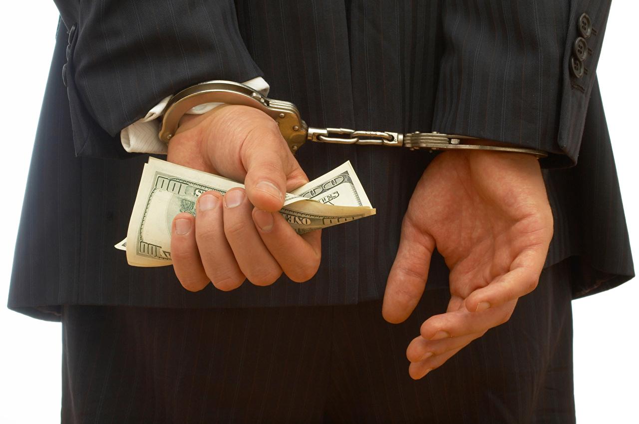 Фото Купюры Доллары Наручники Руки Деньги Крупным планом Банкноты рука вблизи