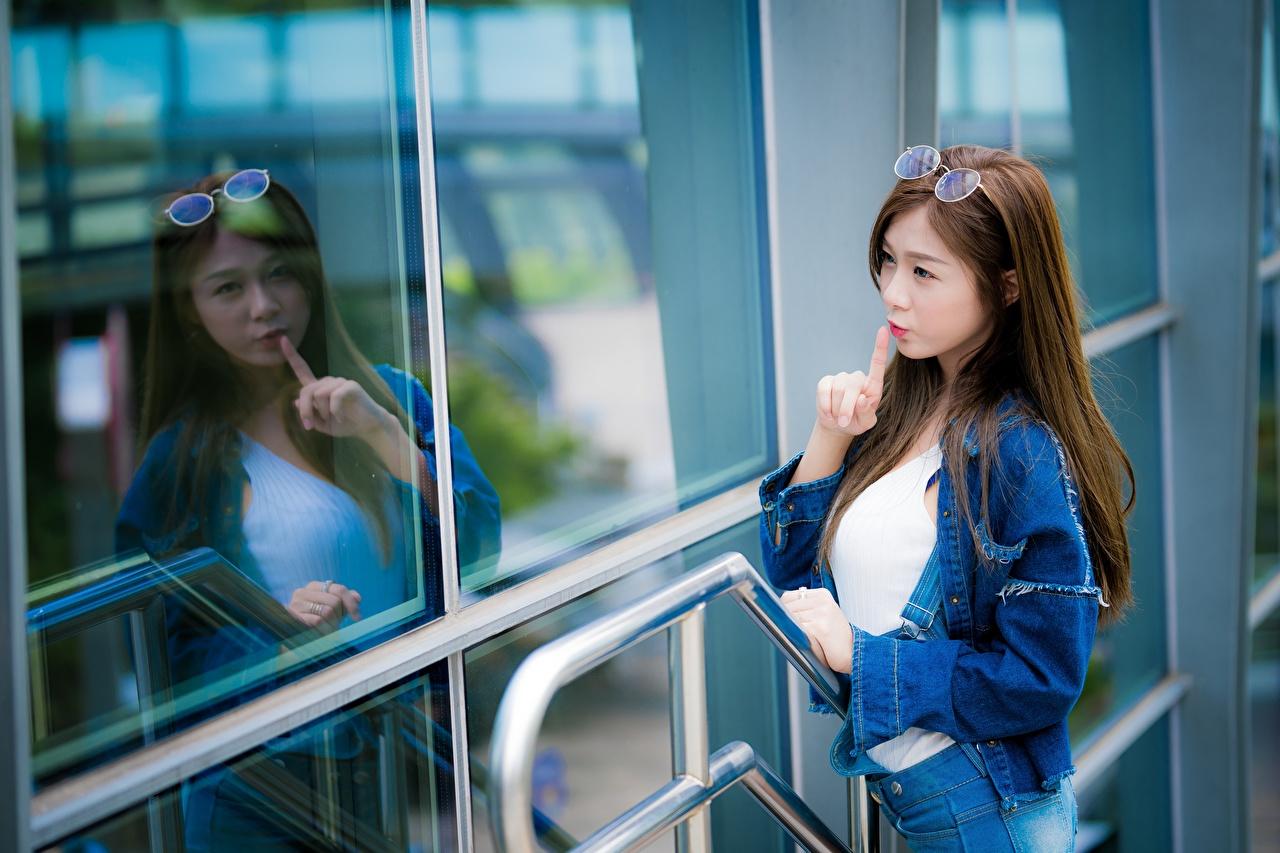 Картинки шатенки Жест молодая женщина азиатки отражается рука Очки Шатенка жесты девушка Девушки молодые женщины Азиаты азиатка отражении Отражение Руки очков очках