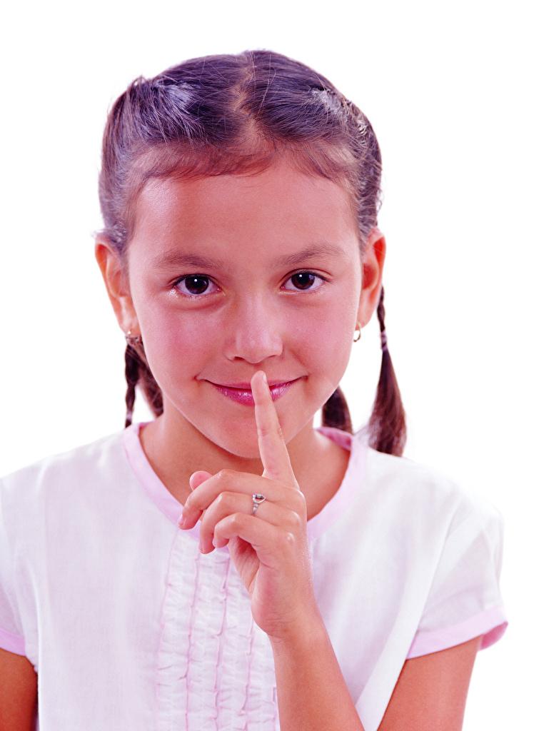 Обои для рабочего стола Девочки Улыбка Жест ребёнок Пальцы смотрит белом фоне  для мобильного телефона девочка улыбается жесты Дети Взгляд смотрят Белый фон белым фоном