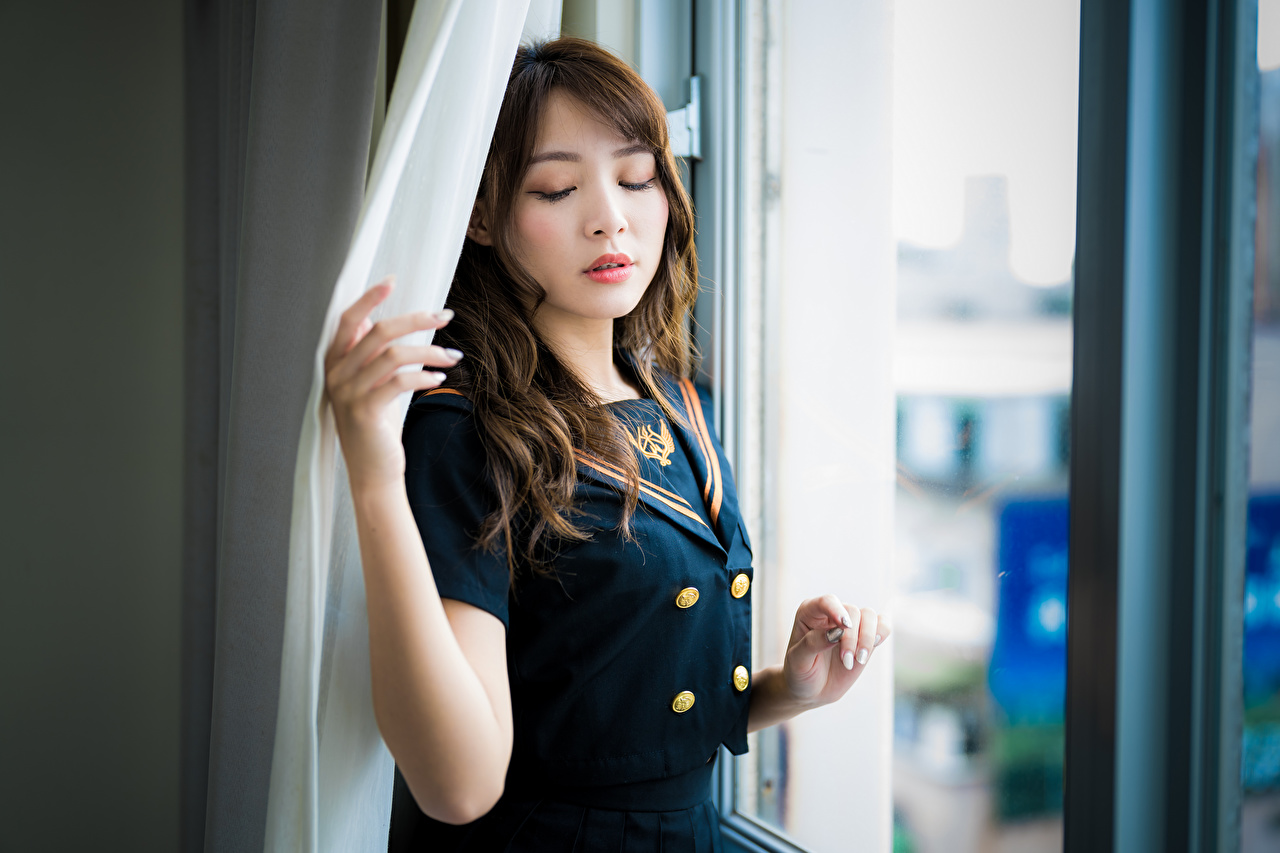 Картинки шатенки Размытый фон позирует Девушки азиатка Окно униформе Шатенка боке Поза девушка молодая женщина молодые женщины Азиаты азиатки окна Униформа