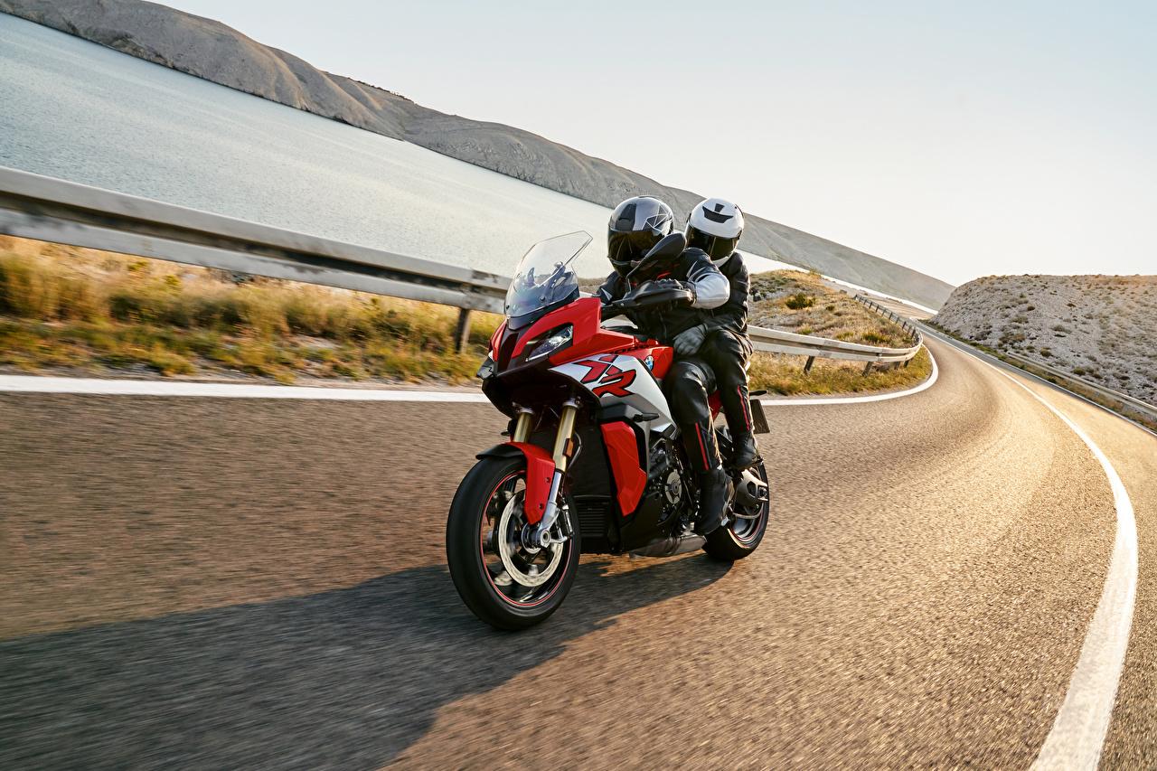 Картинки BMW - Мотоциклы в шлеме 2020 S 1000 XR Мотоциклы Дороги Движение Мотоциклист БМВ Шлем шлема мотоцикл едет едущий едущая скорость