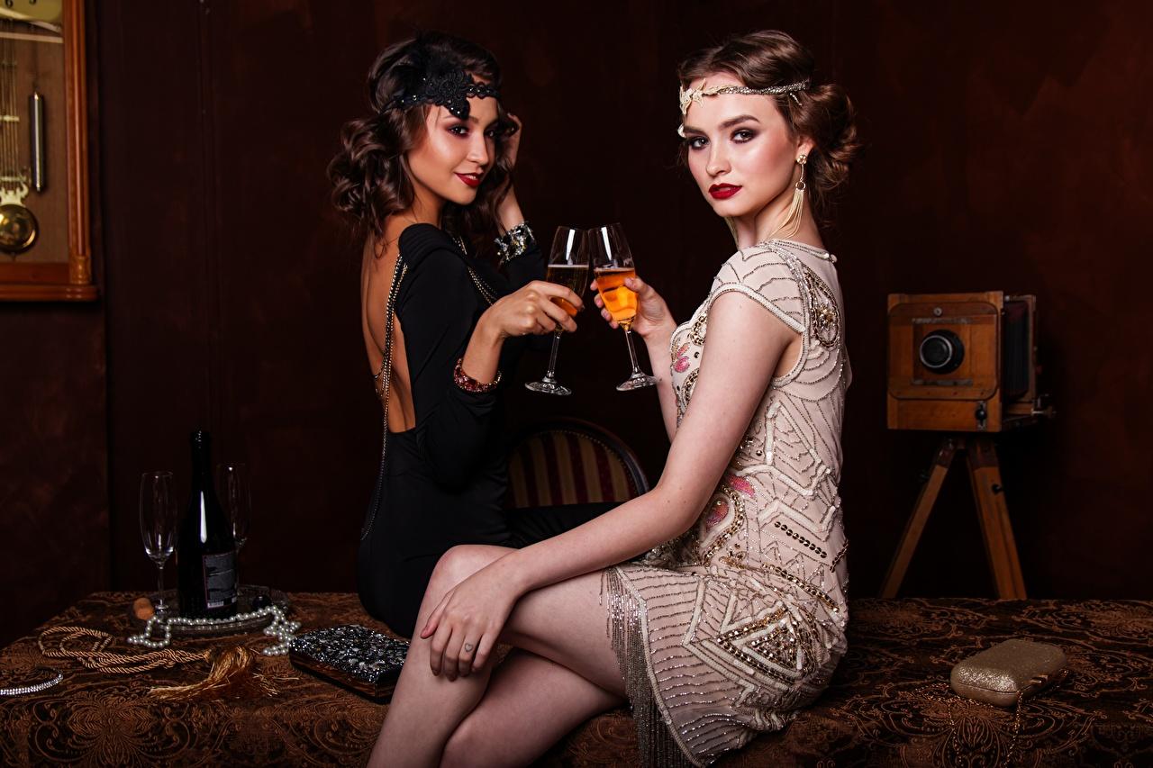 Фотографии две Вино Винтаж Девушки Ноги Сидит Бокалы Бутылка платья 2 два Двое Ретро вдвоем девушка старинные молодые женщины молодая женщина ног сидя бокал бутылки сидящие Платье