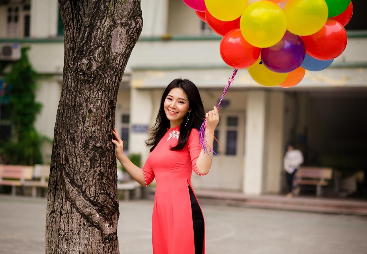Обои Брюнетка Улыбка Воздушный шарик Красивые Девушки Азиаты Ствол дерева
