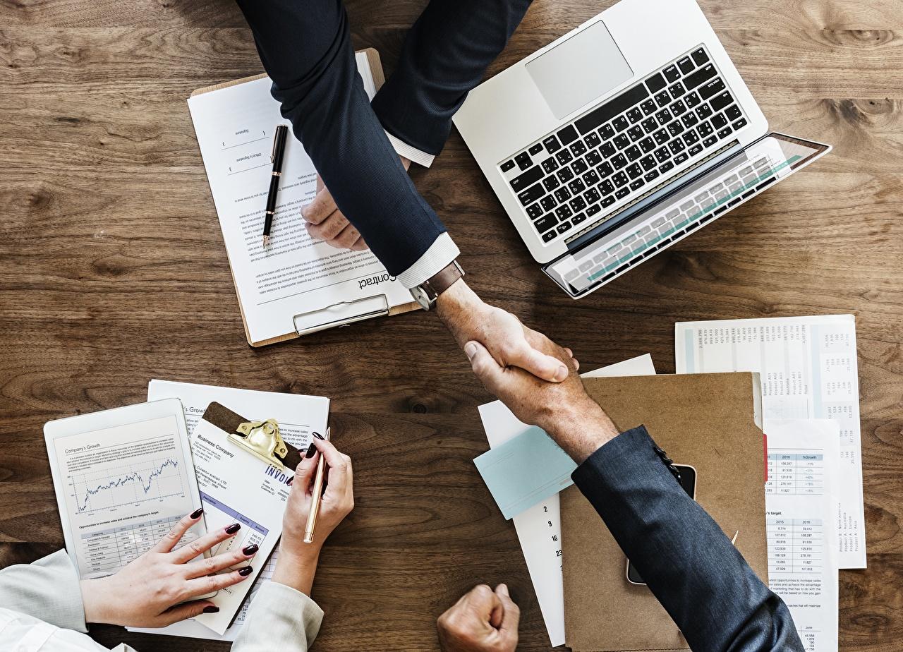 Фото работает ноутбук Бизнес Маникюр Шариковая ручка рука Пальцы Работа работают Ноутбуки маникюра Руки