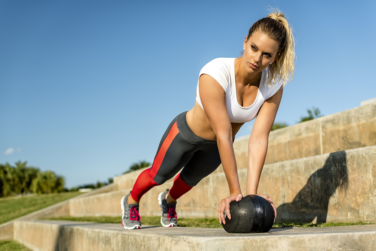 Фотографии отжимаются позирует Фитнес Девушки спортивная Мяч Руки Отжимание отжимается Поза Спорт девушка спортивные спортивный молодая женщина молодые женщины рука Мячик