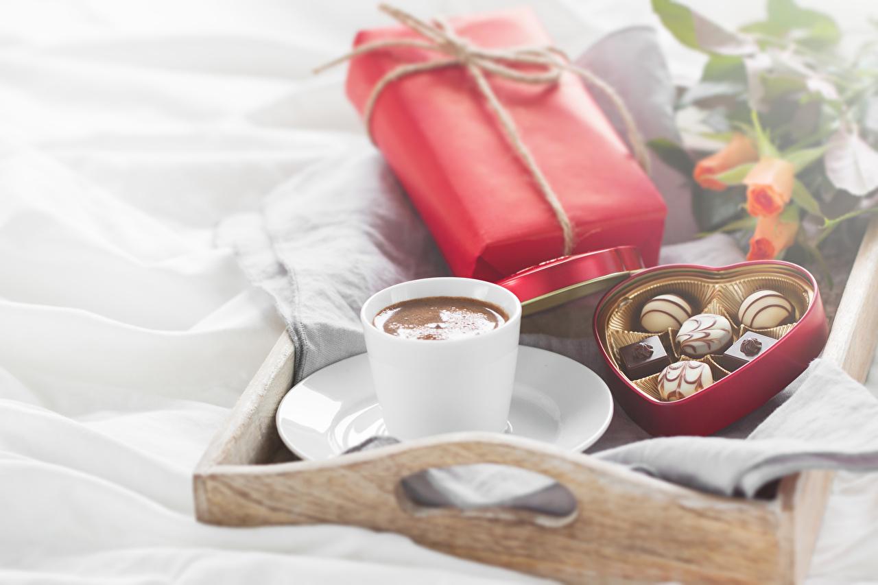 Обои для рабочего стола серце Кофе Конфеты Подарки Еда Чашка Праздники Сердце сердца сердечко подарок подарков Пища чашке Продукты питания