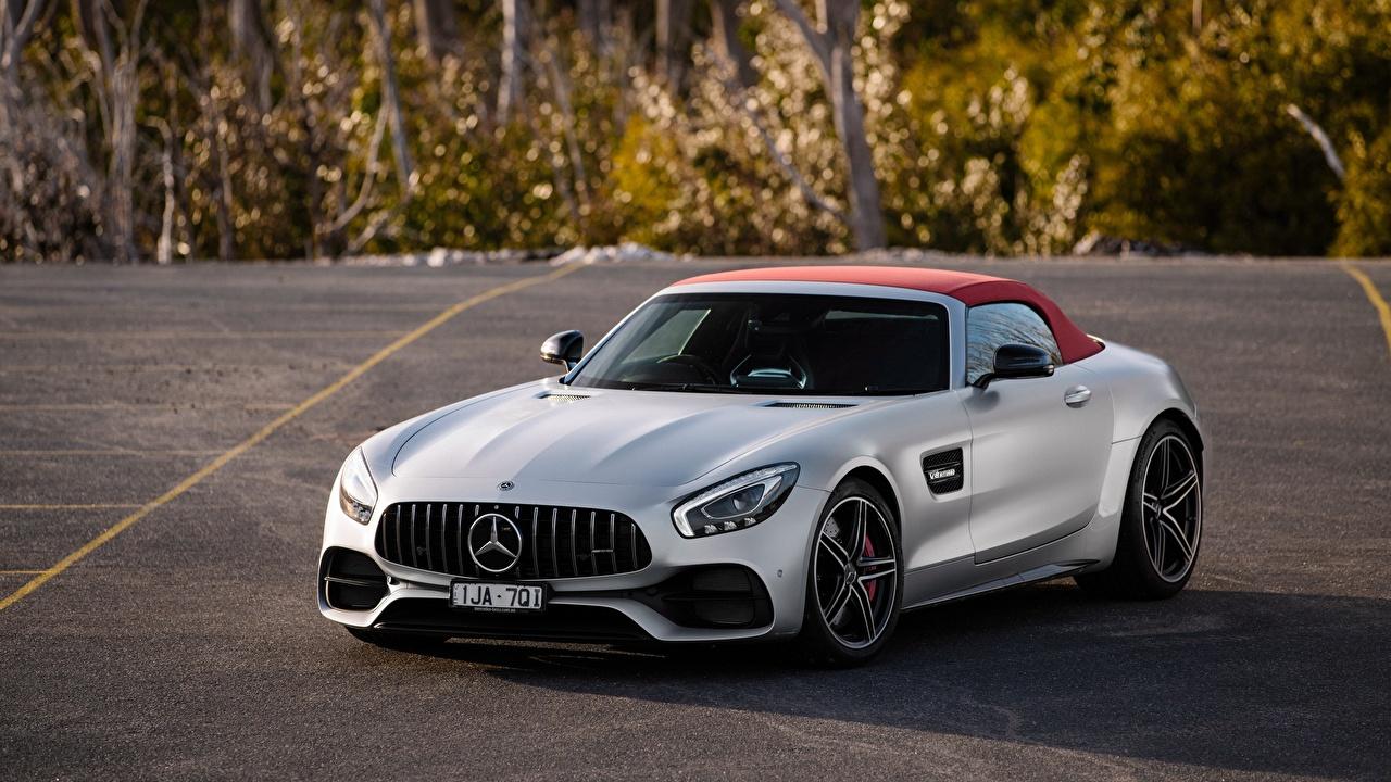 Фотографии Mercedes-Benz AMG 2018 GT C Родстер серебристая Автомобили Мерседес бенц серебряный серебряная Серебристый авто машина машины автомобиль