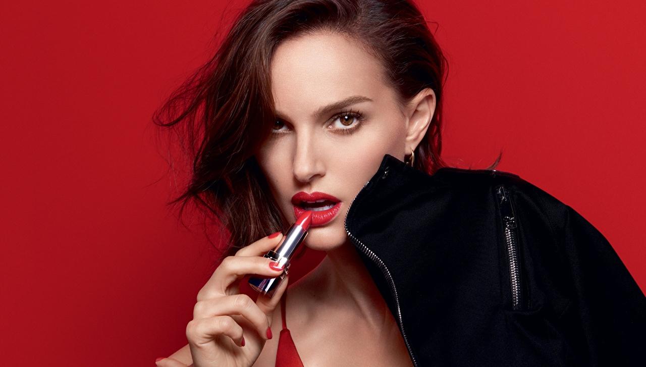 Картинки Natalie Portman фотомодель Rouge Dior девушка Взгляд Красный фон Знаменитости Натали Портман Модель Девушки молодые женщины молодая женщина смотрит смотрят красном фоне