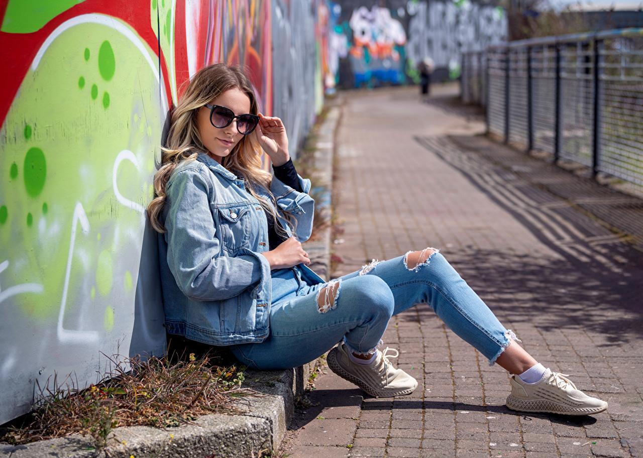 Картинки Wikky куртки Девушки Джинсы очков смотрит куртке Куртка куртках девушка молодая женщина молодые женщины джинсов Очки очках Взгляд смотрят