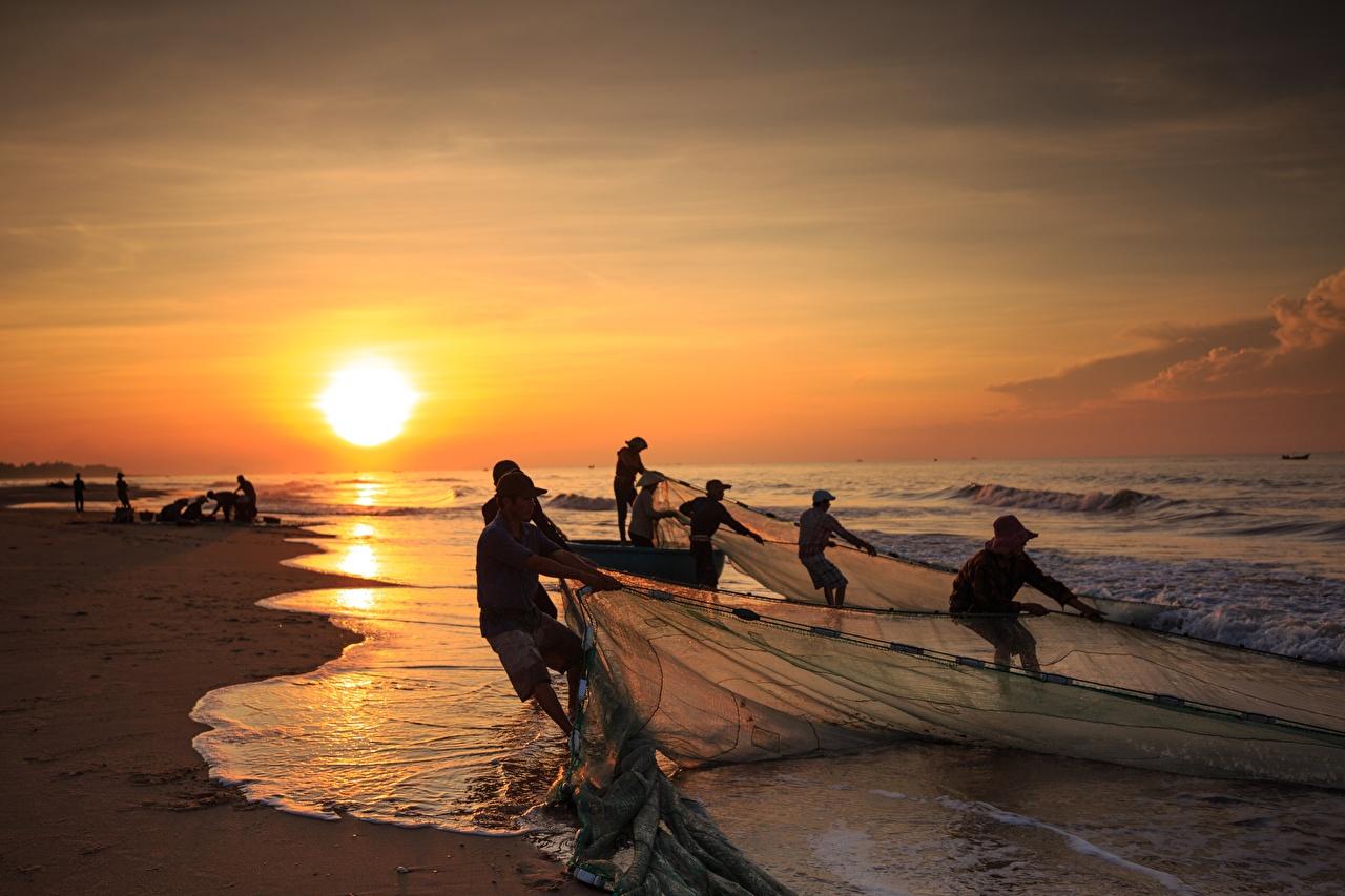 Фотографии работают Природа ловля рыбы Волны азиатка рассвет и закат Побережье Работа работает Рыбалка Азиаты азиатки Рассветы и закаты берег