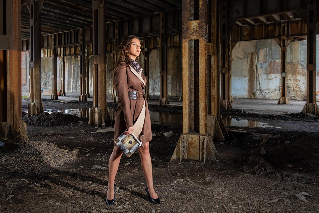 Фотография Модель Falyn Bruce позирует молодые женщины Ноги Плащ смотрит фотомодель Поза девушка Девушки молодая женщина ног плаще плащом Взгляд смотрят
