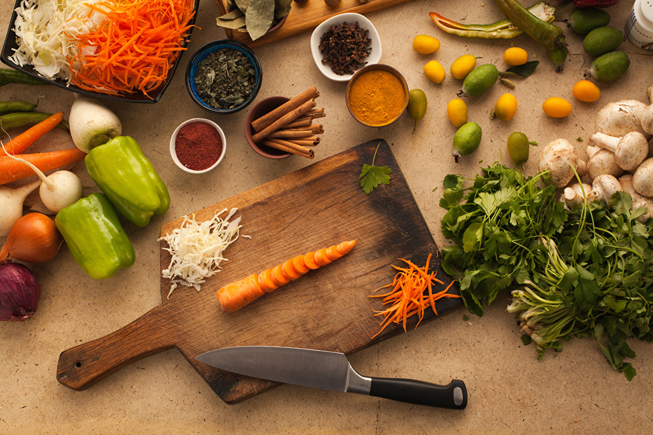 Фотография Нож Морковь Корица Еда Овощи Перец Специи Разделочная доска ножик Пища пряности приправы Продукты питания