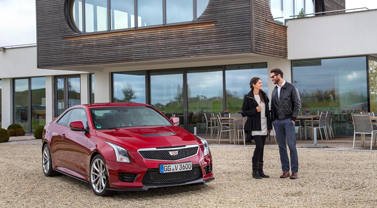 Фотографии Cadillac мужчина Улыбка ATS-V, Coupe EU-spec, 2015 Купе красная очков Металлик автомобиль Кадиллак Мужчины улыбается Красный красные красных Очки авто очках машины машина Автомобили