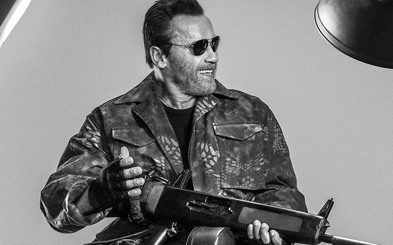 Фотография Неудержимые Arnold Schwarzenegger автоматом Куртка кино очков Знаменитости Арнольд Шварценеггер автомат Автоматы куртке куртки куртках Фильмы Очки очках