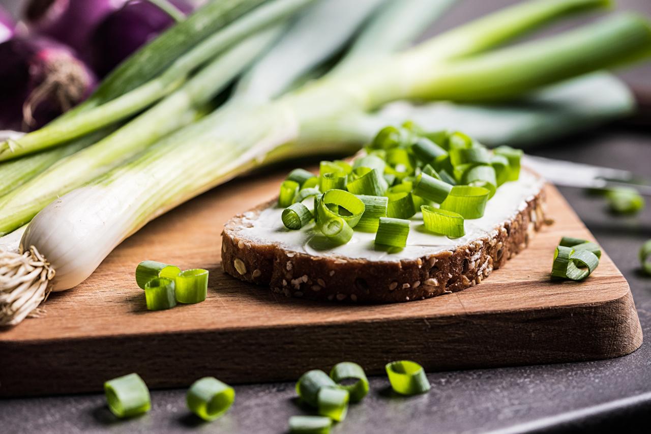 Картинка Зелёный лук Хлеб Бутерброды Еда Разделочная доска бутерброд Пища Продукты питания разделочной доске