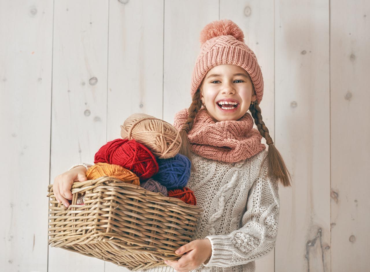 Картинка Девочки шарфе счастливые Дети Шапки корзины девочка Шарф шарфом счастье Радость радостная радостный счастливый счастливая ребёнок шапка в шапке Корзина Корзинка