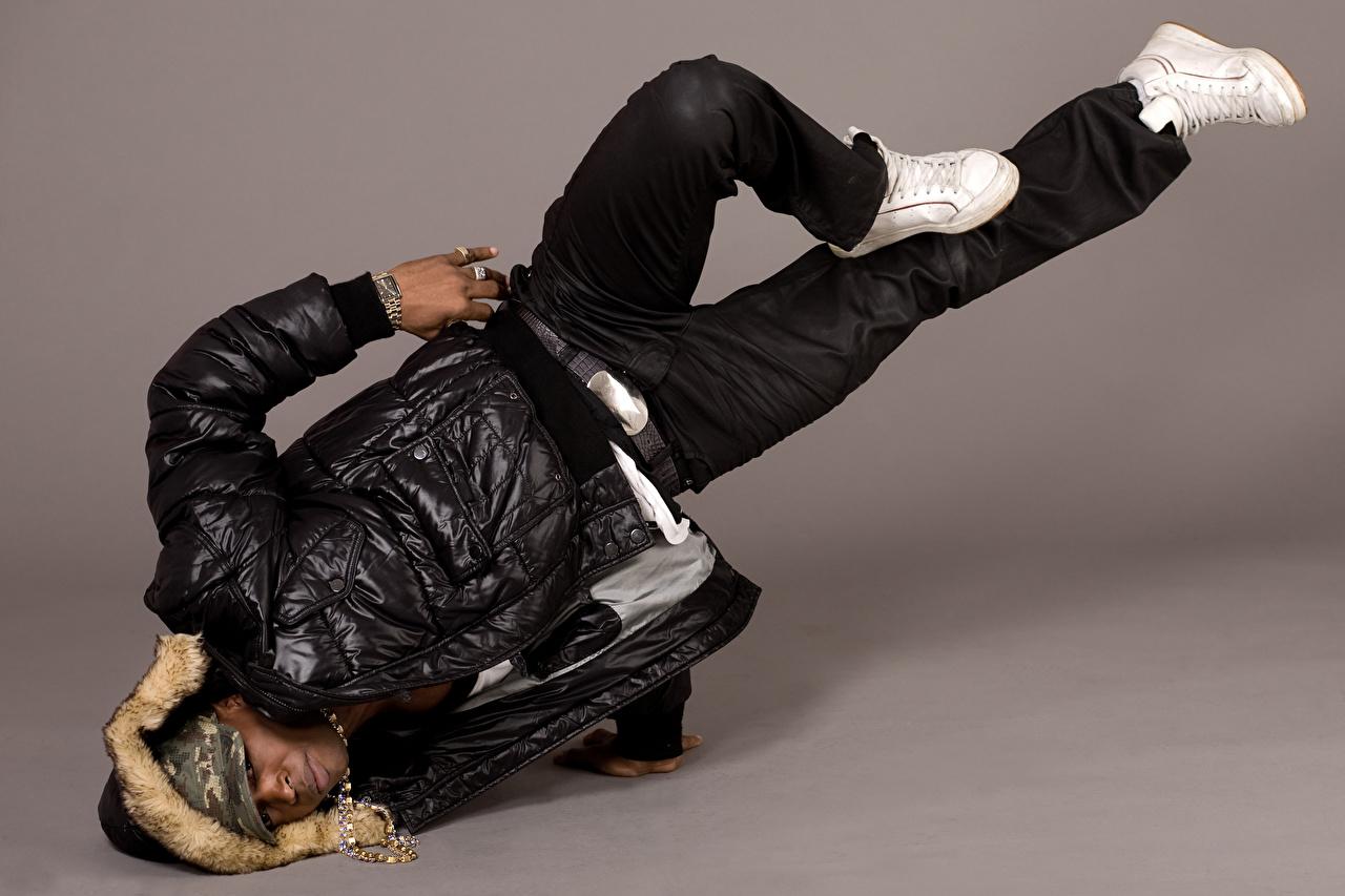 Картинки Мужчины танцует Негр куртке Ноги Цветной фон Танцы танцуют негры куртки Куртка куртках ног