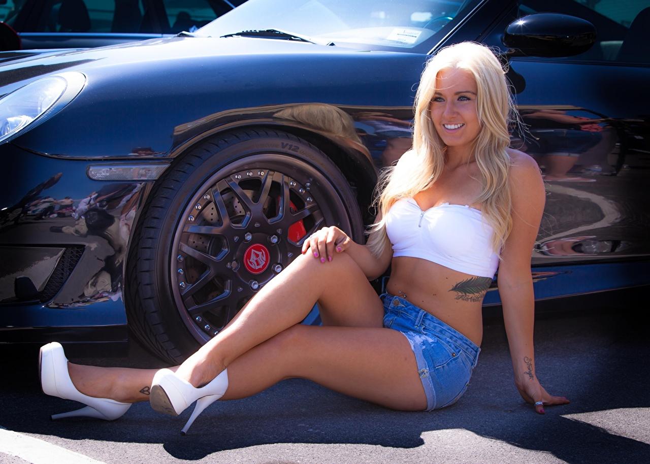 Фото тату Блондинка Улыбка колеса девушка ног шорт Руки сидящие Автомобили Туфли Татуировки татуировка блондинки блондинок улыбается Колесо Девушки молодая женщина молодые женщины Ноги рука сидя авто Шорты Сидит шортах машины машина автомобиль туфель туфлях