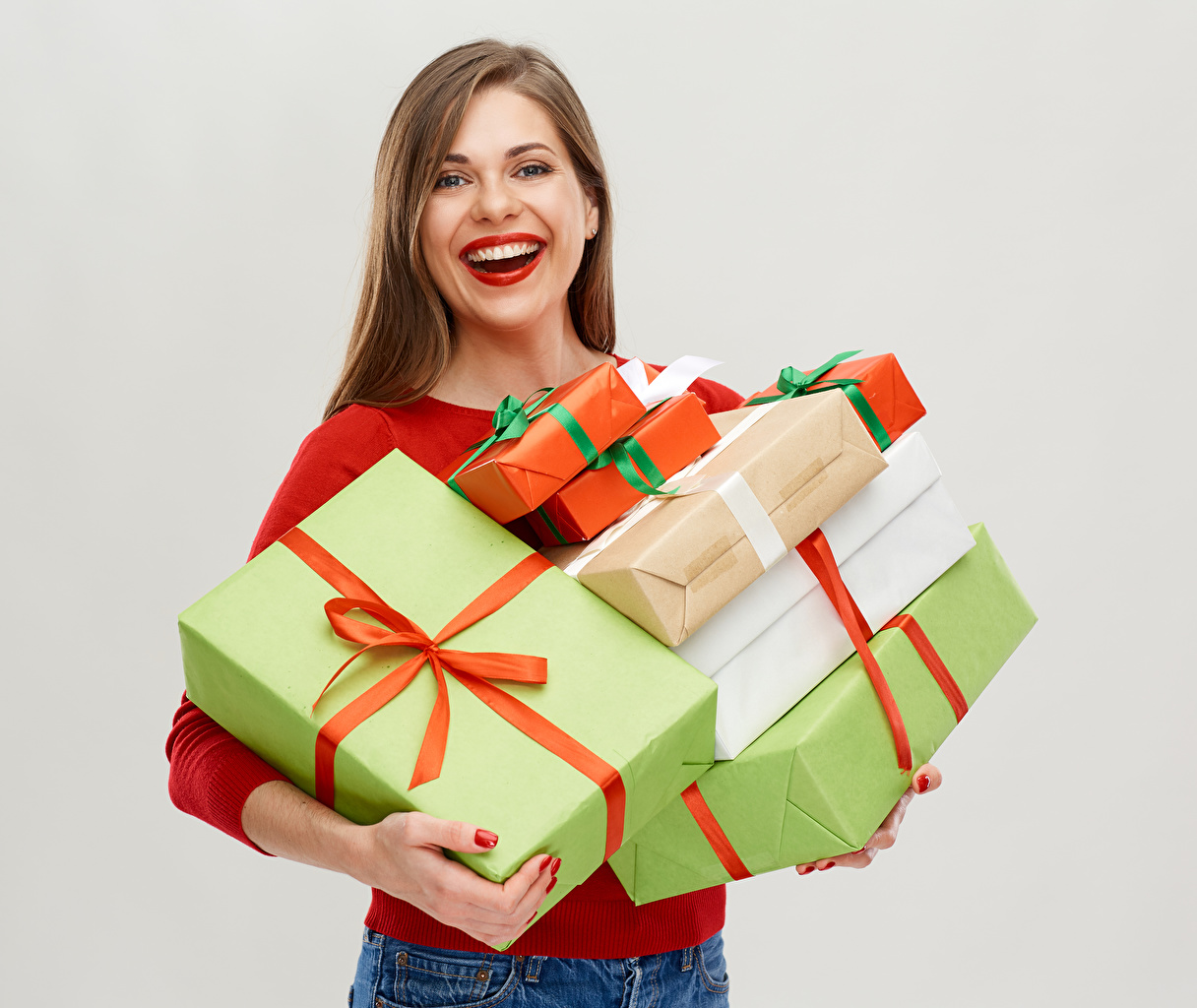 Фотография Шатенка радостный Девушки подарков белом фоне шатенки счастье Радость радостная счастливая счастливый счастливые девушка молодые женщины молодая женщина Подарки подарок Белый фон белым фоном