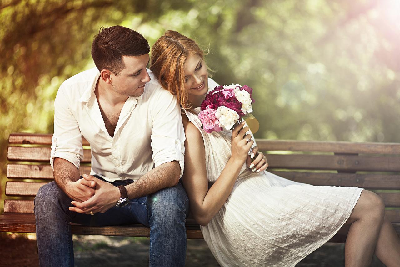 Фото шатенки Мужчины Влюбленные пары Улыбка Букеты вдвоем Девушки сидящие Скамейка Шатенка любовники улыбается 2 Двое Сидит Скамья