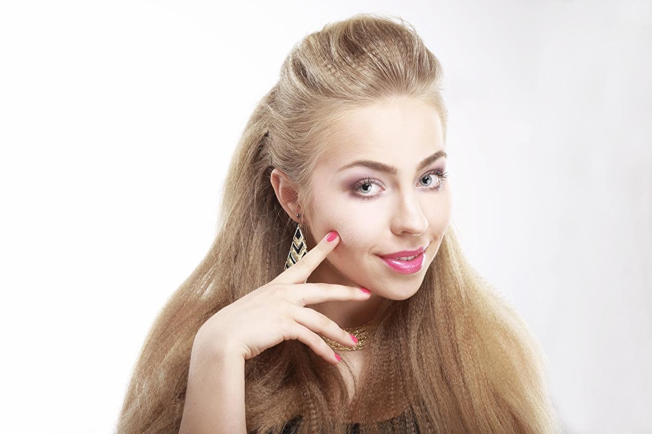 Фотография Русые Маникюр Волосы молодая женщина рука Взгляд Серый фон русая русых маникюра волос Девушки девушка молодые женщины Руки смотрят смотрит сером фоне