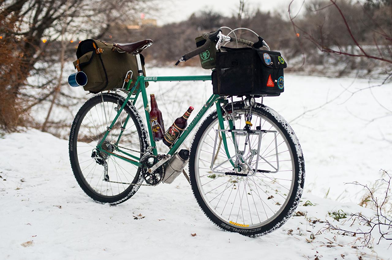 Обои для рабочего стола велосипеде Пиво снегу Сумка Велосипед велосипеды Снег снеге снега