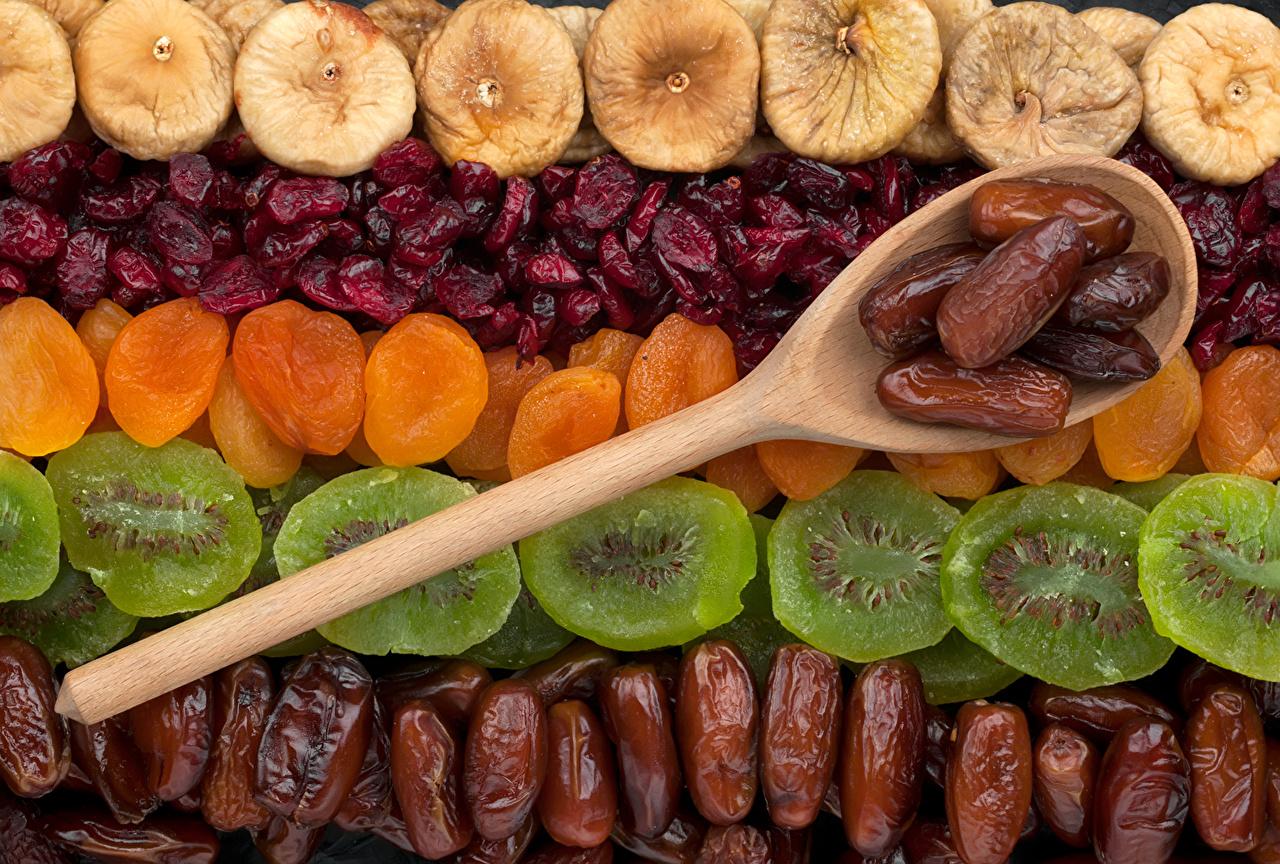 Обои для рабочего стола Сухофрукты Абрикос Киви Сливы Ложка Фрукты сушеные абрикосы сухофруктов ложки Курага