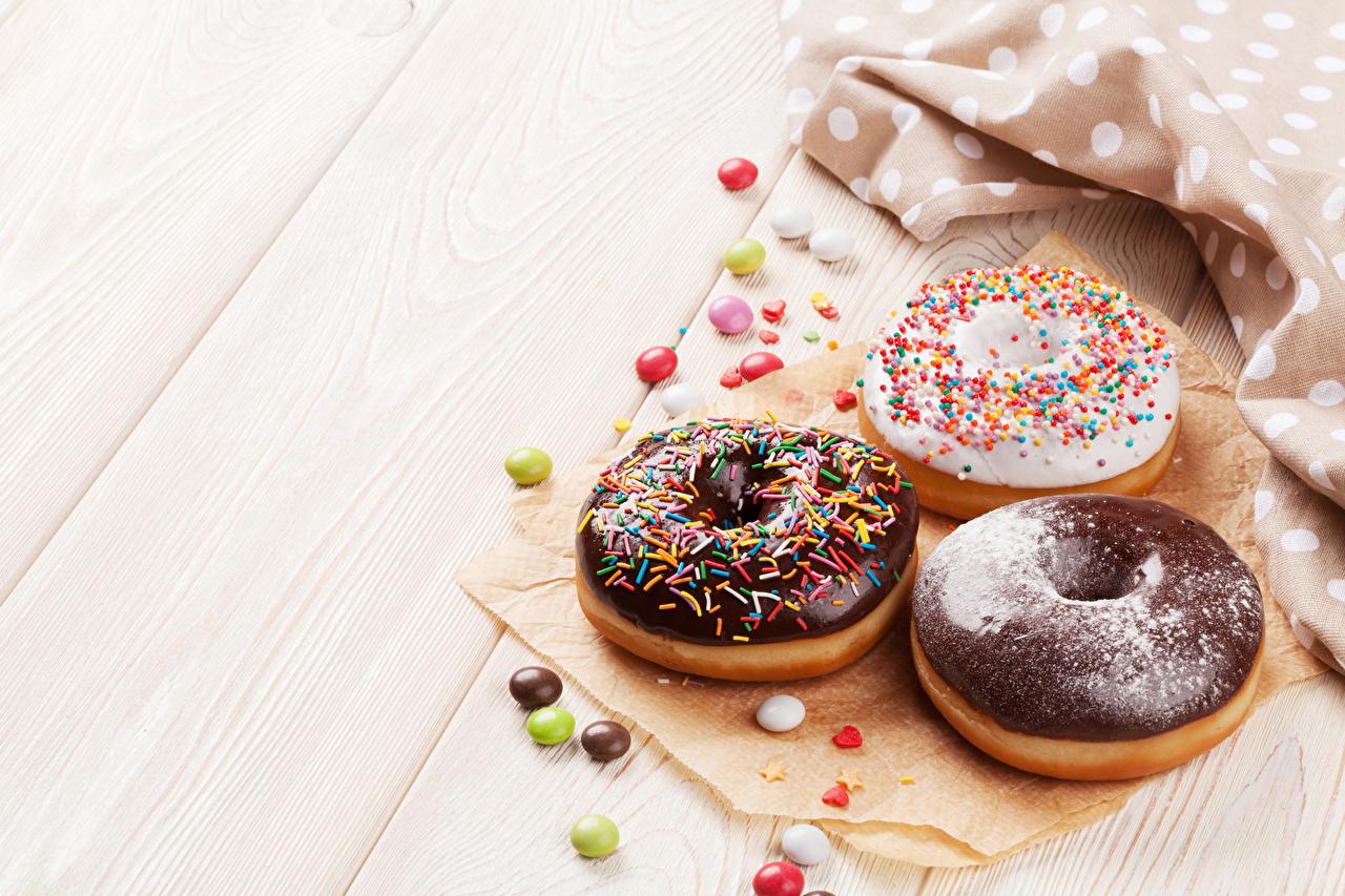 Картинка Шоколад Пончики втроем Продукты питания Выпечка Сладости Доски Еда Пища Трое 3