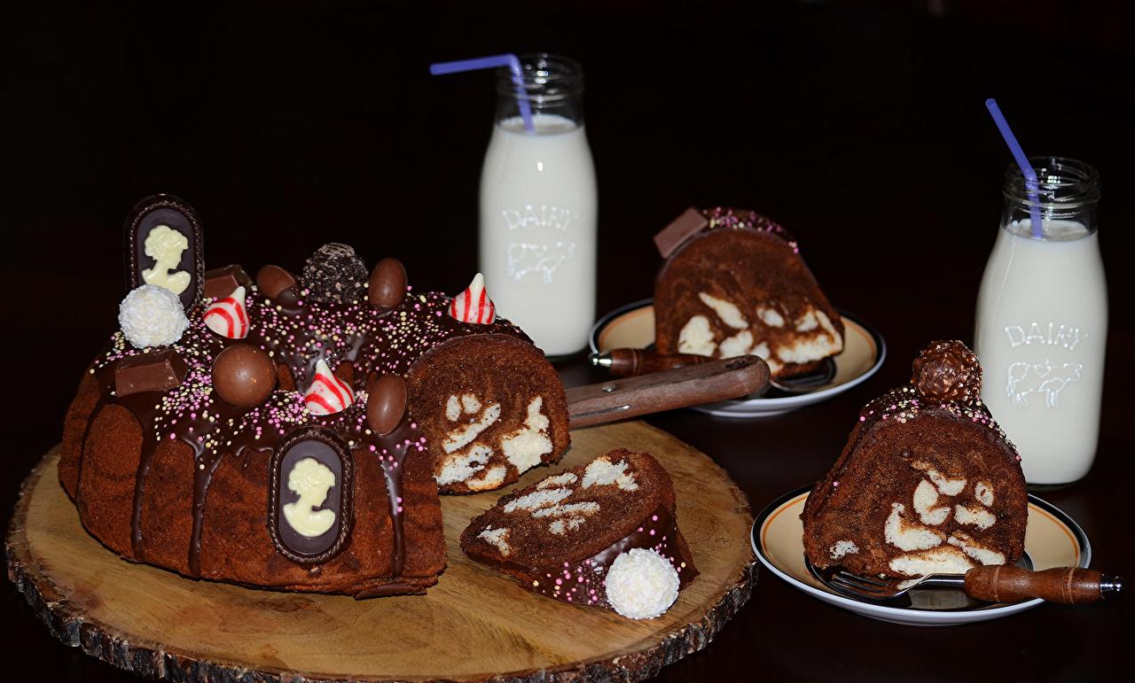 Картинка Молоко Шоколад Торты бутылки Продукты питания Черный фон сладкая еда дизайна Еда Пища Бутылка Сладости на черном фоне Дизайн