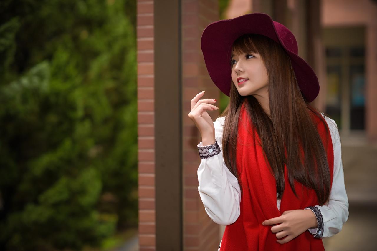 Обои для рабочего стола Шатенка Шарф Размытый фон Шляпа молодые женщины азиатки рука шатенки шарфе шарфом боке шляпы шляпе девушка Девушки молодая женщина Азиаты азиатка Руки