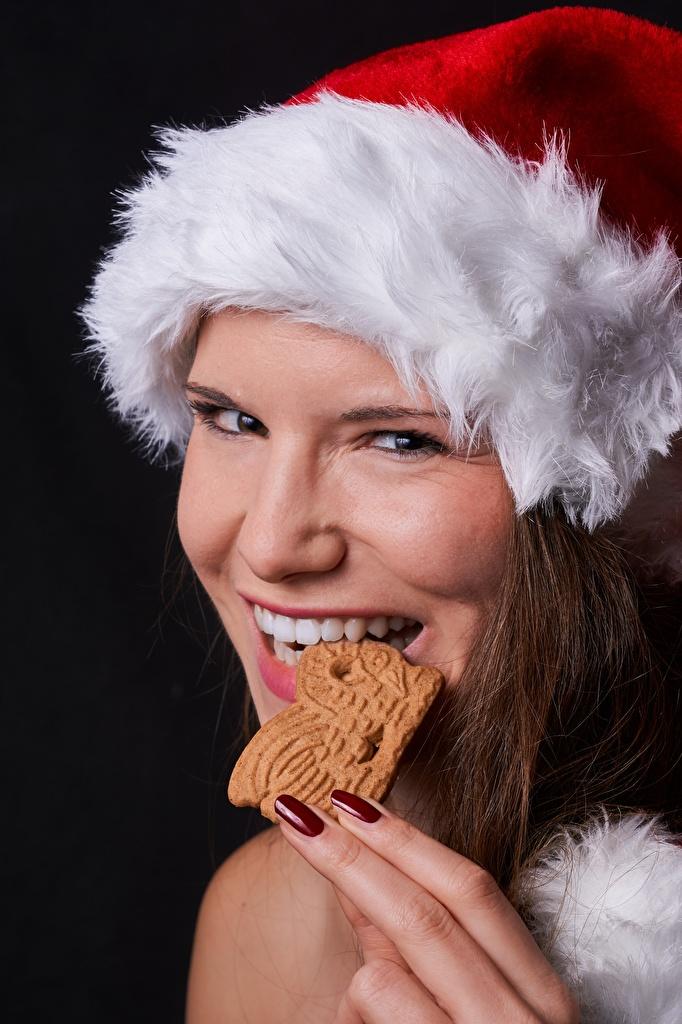 Фотография Новый год Маникюр Шапки Девушки Зубы Пальцы Печенье смотрит Рождество Взгляд