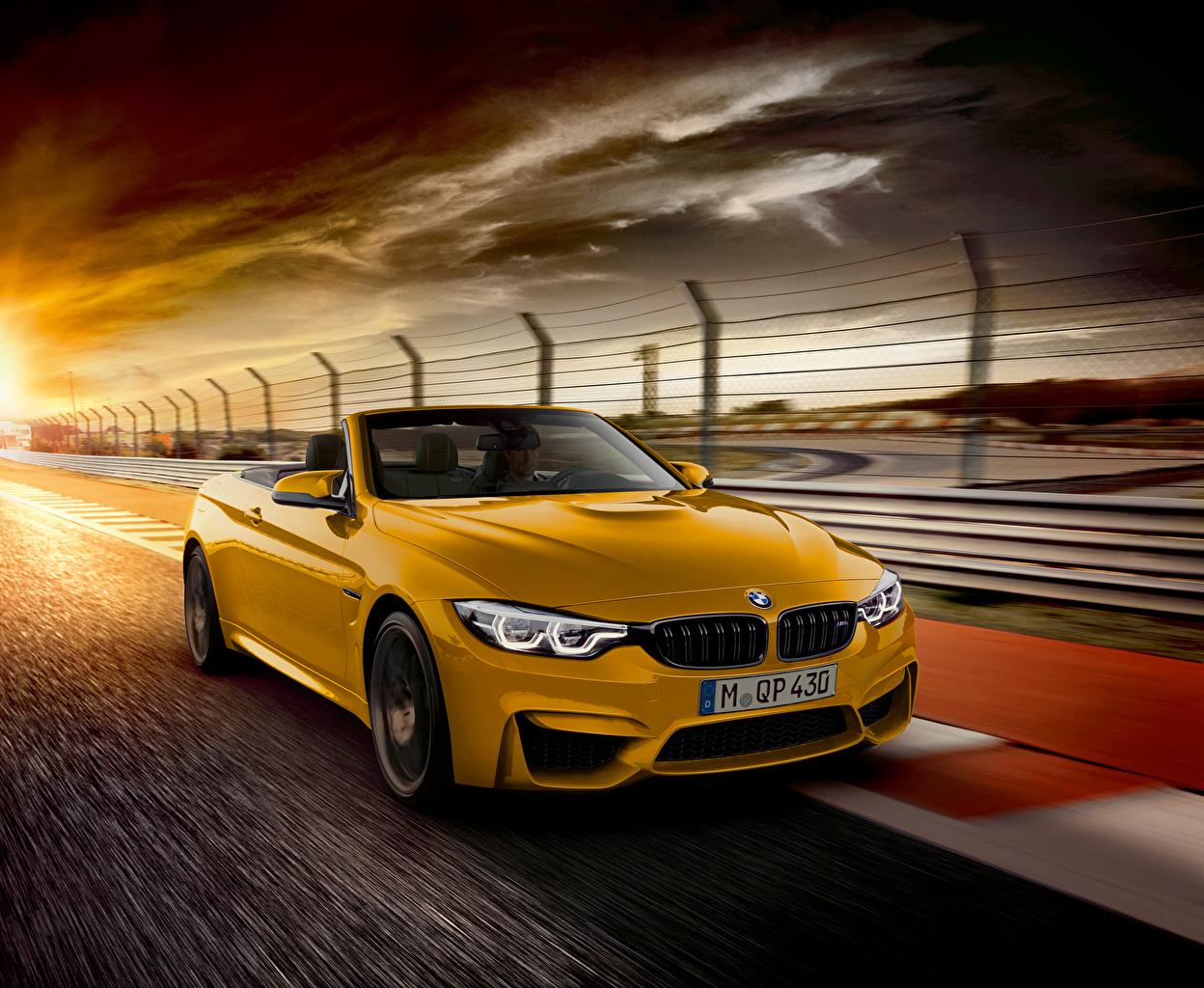 Картинка БМВ 2018 M4 Cabrio  30 Jahre Edition Worldwide кабриолета желтая едет Металлик автомобиль BMW Кабриолет желтых желтые Желтый едущий едущая скорость Движение авто машина машины Автомобили