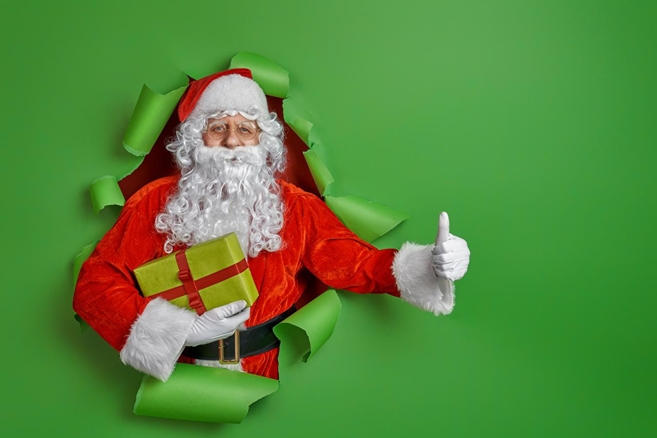 Фотография Новый год бородатые Дед Мороз подарков Пальцы Цветной фон Рождество Борода бородой бородатый Санта-Клаус Подарки подарок