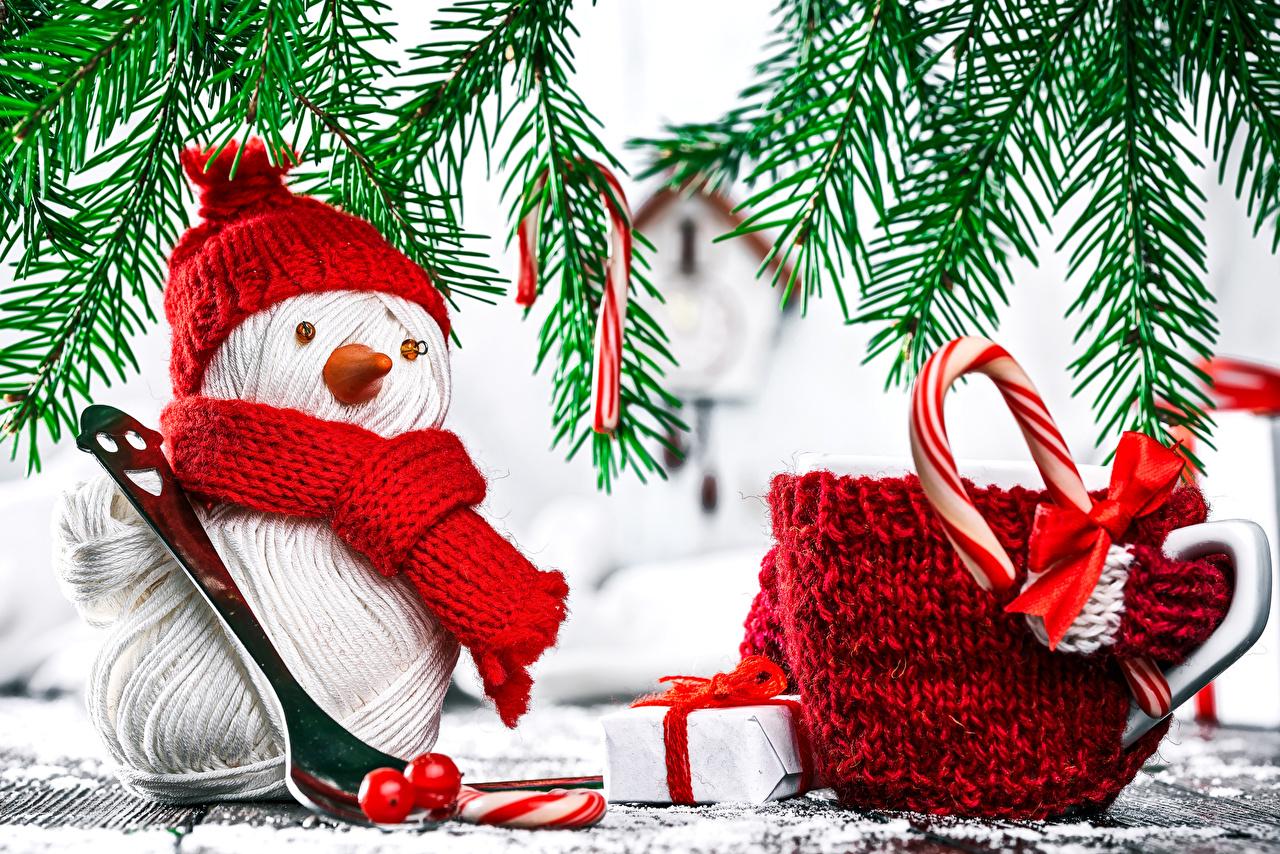 Обои Рождество Шарф шапка Подарки снеговика бант Чашка Новый год шарфе шарфом Шапки в шапке подарок снеговик подарков Снеговики чашке Бантик бантики